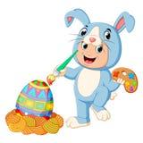 Chłopiec jest ubranym królików kostiumy i maluje jajko ilustracji