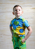 Chłopiec Jest ubranym Kwiecistego druku koszula z rękami na biodrach Zdjęcie Stock