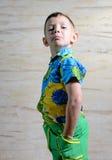 Chłopiec Jest ubranym Kwiecistego druku koszula z rękami na biodrach Obrazy Royalty Free