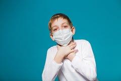 Chłopiec jest ubranym ochrony maskę jest skrótem oddech zdjęcie stock
