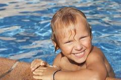 Chłopiec jest w pływackim basenie Fotografia Royalty Free