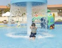 Chłopiec jest zabawę w Aqua parku Zdjęcia Royalty Free