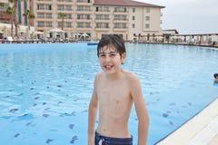 Chłopiec jest zabawę w Pływackim basenie Obraz Stock