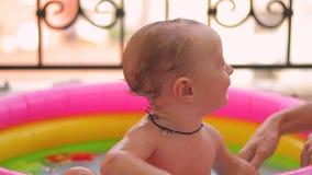 Chłopiec kąpać w basenie zdjęcie wideo