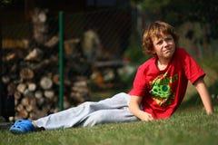 Chłopiec na trawie Fotografia Stock