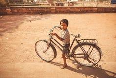 Chłopiec kolarstwo na rowerowy plenerowym przy gorącą pogodą Obrazy Royalty Free