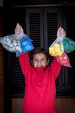 Chłopiec kolekcjonowanie używał butelek nakrętki Zdjęcia Royalty Free