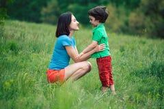 Chłopiec komunikuje z jego matką w naturze Obraz Royalty Free