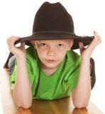 Chłopiec kowbojskiego kapeluszu zielony koszulowy spojrzenie poważny kłaść Fotografia Royalty Free