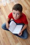 chłopiec książkowy czytanie Fotografia Stock