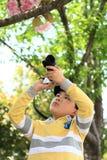 Chłopiec która kocha fotografię Fotografia Stock