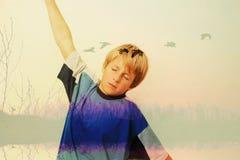 Chłopiec która marzy i wyobraża sobie latanie Zdjęcia Royalty Free