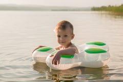 Chłopiec lata dopłynięcie w jeziorze zdjęcia stock