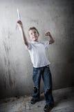 Chłopiec lata papierowego samolot fotografia stock