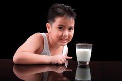 Chłopiec lubi pić mleko obrazy stock
