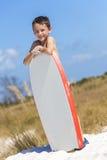 Chłopiec Męski dziecko na plaży Z Surfboard Zdjęcia Stock
