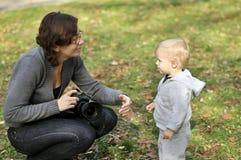 chłopiec mała fotografa kobieta Obraz Royalty Free