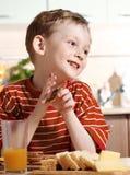 chłopiec mały śniadaniowy Zdjęcia Royalty Free