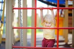 Chłopiec ma zabawę na plenerowym boisku Lato sporta aktywny czas wolny dla dzieciaków Obrazy Royalty Free