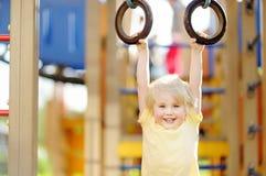 Chłopiec ma zabawę na plenerowym boisku Lato sporta aktywny czas wolny dla dzieciaków Zdjęcie Royalty Free
