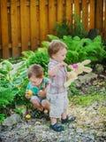 Chłopiec Ma zabawę Podczas Wielkanocnego jajka polowania Zdjęcia Royalty Free