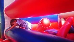 Chłopiec ma zabawę przy bounchy kasztelem Zdjęcia Stock