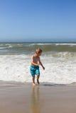 Chłopiec ma zabawę przy plażą obrazy stock
