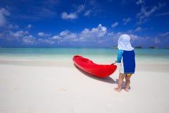 Chłopiec ma zabawę z kajakiem w tropikalnej lagunie Obraz Stock