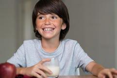 Chłopiec ma zdrowego śniadanie Fotografia Stock