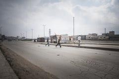 Chłopiec macha skrzyżowanie ulicy. Zdjęcie Royalty Free