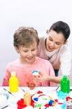 Chłopiec maluje jajka dla wielkanocy obrazy stock