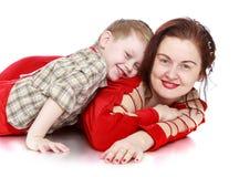 Chłopiec mama pieścąca fotografia royalty free