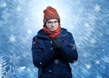 Chłopiec marznięcie w ciepłej odzieży i snowing pojęciu ilustracja wektor