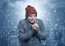 Chłopiec marznięcie w zimnej pogodzie z miasta pojęciem royalty ilustracja