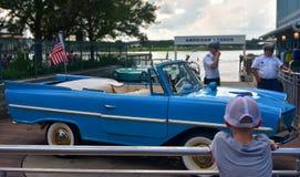 Chłopiec marzy dostawać na pokładzie wodnego taxi w Disney wiośnie, Jeziorny Buena Vista obrazy stock