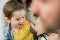 Chłopiec medyczna wizyta - doktorski pomiarowy ciśnienie krwi dziecko Obrazy Stock