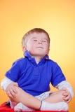 chłopiec medytacja szczęśliwa mała Obraz Royalty Free
