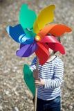 Chłopiec mienia barwiony pinwheel zdjęcie royalty free