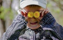 Chłopiec mienia dandelions zamyka ich oczy zdjęcie stock