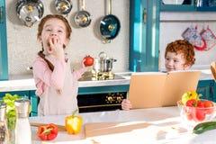 chłopiec mienia książka kucharska podczas gdy uroczy dziecko fotografia royalty free