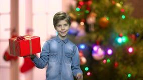 Chłopiec mienia prezenta Bożenarodzeniowy pudełko zbiory wideo