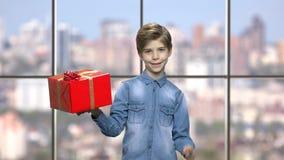 Chłopiec mienia prezenta pudełko zbiory