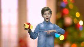 Chłopiec mienia prezenta pudełko z jeden ręką zbiory wideo