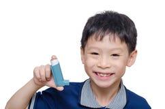Chłopiec mienia uśmiechy i inhalator obrazy royalty free