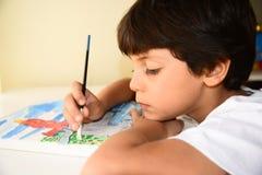 Chłopiec mienie i obraz muśnięcie Zdjęcia Stock