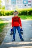 Chłopiec mienie w ręka rolownikach na przejściu i pozycja wewnątrz Zdjęcie Royalty Free