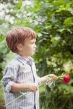 Chłopiec mienie wzrastał w jej ręce, fotografia royalty free