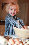 Chłopiec miesza mąkę w pucharze Fotografia Royalty Free