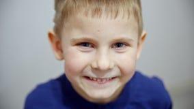 Chłopiec mrugnięcia i grymasy zdjęcie wideo