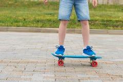 chłopiec nóg stojak na deskorolka w miasto parku zdjęcie royalty free